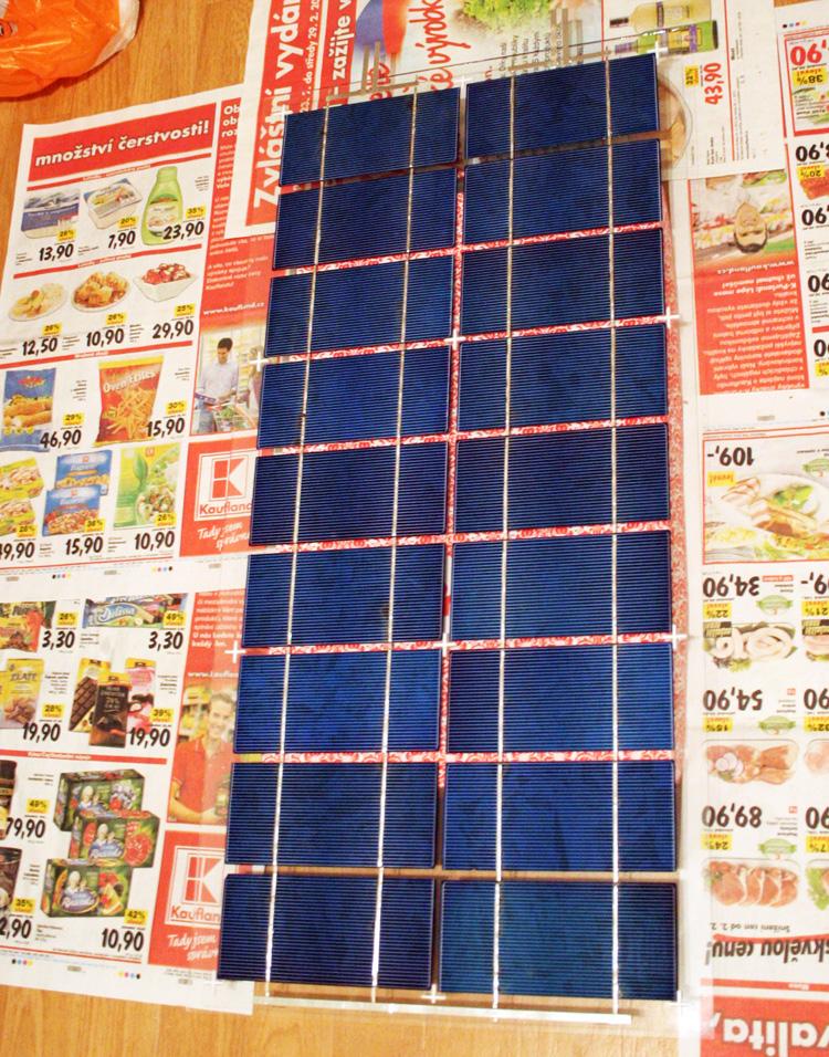 Fotovoltaické články připraveny pro položení krycího skla a zatmelení