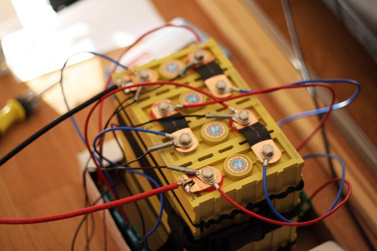 Poprvé složený akumulátor z článků LiFeYPO4 s balančními moduly CBM